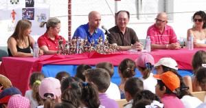 Sierra compartió con los niños sus experiencias y entregó los trofeos  y medallas de los campeonatos deportivos organizados por el Pedro Alonso Niño.