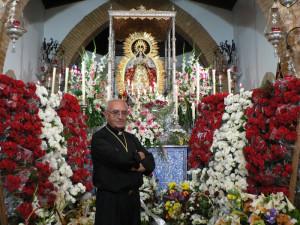 El Padre Roca en el altar junto a la Virgen.