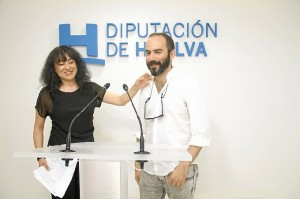 El artista Manuel Antonio Domínguez junto a la diputada de Cultura, Elena Tobar.