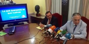 El subdelegado del Gobierno en Huelva, Enrique Pérez Viguera, y el jefe provincial de Tráfico, Ramiro Marcello.
