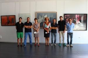 Los ganadores del 6º Premio Unia de Pintura con la directora de la sede rabideña en la exposición.