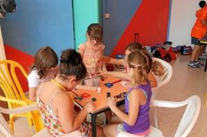 Los niños disfrutan de actividades veraniegas.