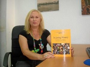 Consuelo Domínguez, con su libro sobre los cementerios británicos de Huelva.