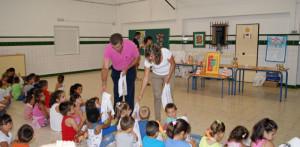 El concejal de Salud y la concejala de Educacion entregan muestras a los pequeños.