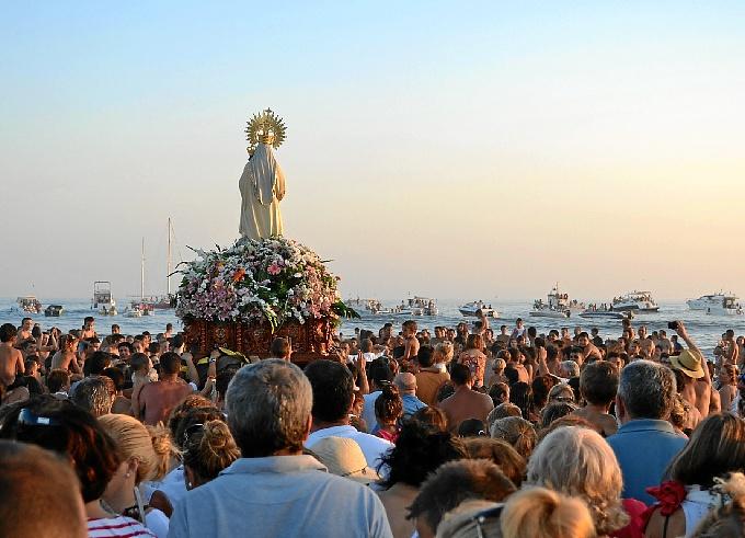 Procesión de la Virgen del Carmen en 2012 por la playa de Punta Umbría.