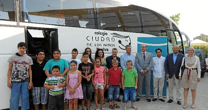 Los alumnos de la Ciudad de los Niños estrenan bus escolar