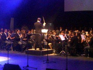 Iván Macías, dirigiendo la Banda Sinfónica del Liceo.