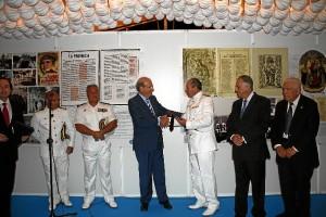 El comandante recibió una placa conmemorativa.