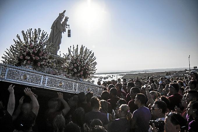 La Virgen en la emotiva ofrenda a los marineros fallecidos