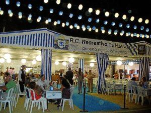 Caseta del Recreativo de Huelva en el recinto colombino.
