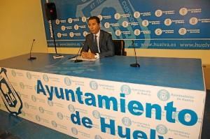 El concejal Felipe Arias explica las labores realizadas contra el picudo rojo.