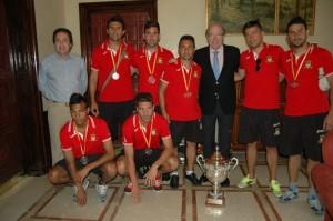 El equipo de fútbol playa Salón del Deporte en el Ayuntamiento de Huelva