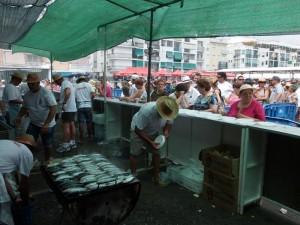 Miles de personas se han acercado hasta el Muelle de Punta Umbría para degustar la tradicional sardinada.