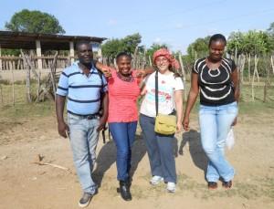 Paloma Martínez, con algunos compañeros de trabajo en República Dominicana.