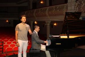 Álvaro Díaz, acompañado por Iván Macías, ha ofrecido un pequeño adelanto del concierto durante su presentación.