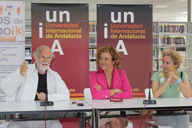 Yolanda Pelayo acompañada de Jean-Pierre Klein y Pilar Domíngez en la presentación del curso de arteterapia.