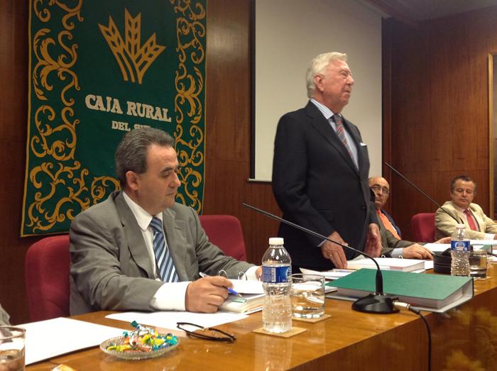 El presidente de la Caja Rural del Sur, José Luis García Palacios, y el director general de la entidad, Rafael López Tarruella, en la Asamblea celebrada en su sede.