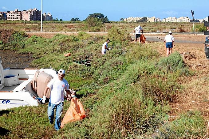Los voluntarios, realizando las labores de limpieza.