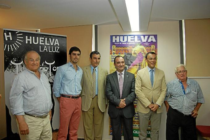 Ignacio Caraballo, el torero Miguel Ángel Perera, el presidente de la Diputación de Badajoz, el empresario de la Plaza de la Merced Carlos Pereda y los ganaderos de la ganadería de Jandilla y de Luis Terrón.