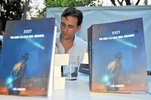El joven, firmando ejemplares durante la presentación de su libro.