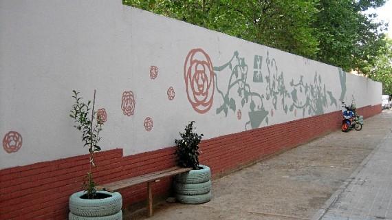 'Proyecto Bisagra' realiza un mural en la calle Camelia y renueva la imagen del Kiosko Matías
