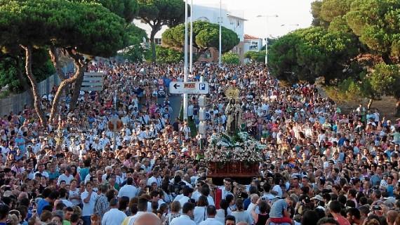 Los puntaumbrieños aguardan la salida procesional de la Virgen del Carmen este domingo 16 de julio