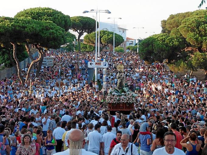 Numerosas personas siguieron la procesión puntaumbrieña.