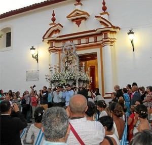 La Virgen del Carmen en San Juan del Puerto  lucía en su recorrido la Medalla de Oro de la Villa.