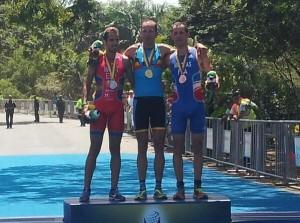 Emilio Martín, en el podio en Colombia. Foto: @triathlonlive.