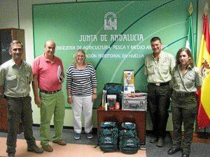 La delegada territorial de Agricultura, Pesca y Medio Ambiente, Carmen Lloret, entrega nuevos equipamientos a la Brigada de Investigación de Incendios Forestales (BIIF).