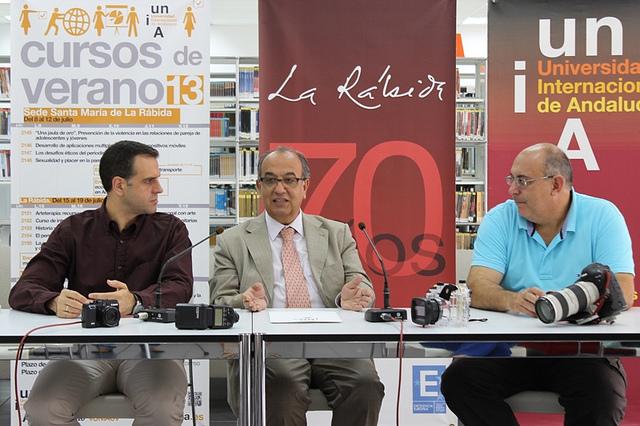 El rector con el director del curso de Fotografía y José Benito.