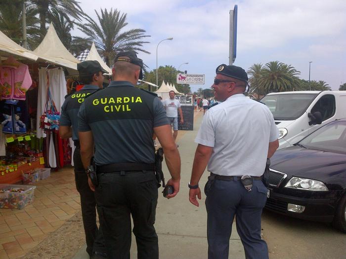 Agentes vigilan por una zona de playa.
