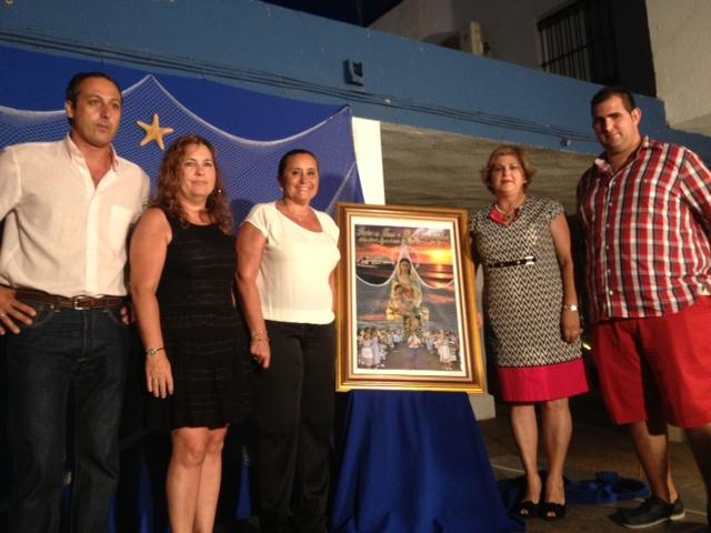 La alcaldesa y la concejal de Festejos isleñas junto a la hermana mayor, el presidente del Consejo y el autor del cartel.