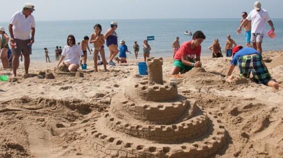 Arranca la III edición del 'Concurso familiar de castillos de arena' en la playa de Isla Cristina