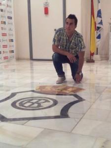 Joselu posa con el escudo / A.B.