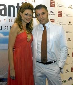 Lucía es una cara habitual en Islantilla. En esta ocasión, con Frank Romero. / Foto: vanitatis.com.