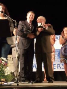 El alcalde de Punta Umbría, Gonzalo Rodríguez Nevado, entrega el homenaje a Juan Cazorla.