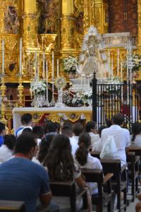 Los jóvenes adorando a la Virgen del Rocío.
