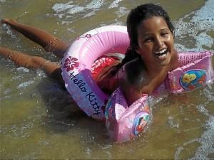 Una de las niñas saharauisa que pasan su verano en Huelva, bañándose en la playa.