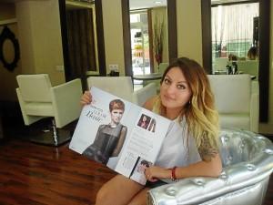 Patrizia muestra la revista con el resultado de su trabajo final en el certamen.