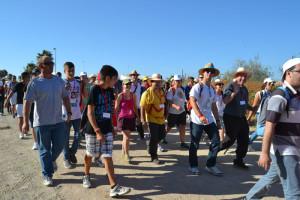 Los jóvenes por el Camino de los Llanos.