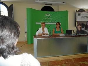 La coordinadora del Instituto Andaluz de la Mujer (IAM), Rosario Ballester, presenta junto a la vicepresidenta del Consejo Andaluz de Participación de las Mujeres, Rocío Pérez, las conclusiones del informe.