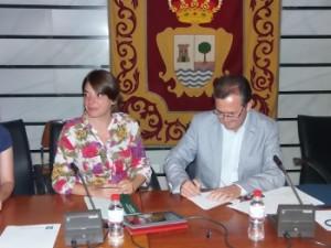 Elena Cortés y Gonzalo Rodríguez firman el convenio.