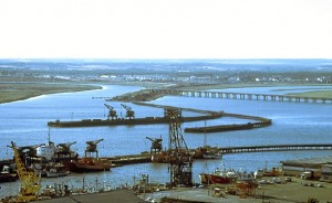 Vista del Puerto de Huelva con el Muelle de Tharsis, aún con sus dos embarcaderos, el Muelle Norte y en primer término el Muelle de Levante. Fotografía: J. R. Manzano.