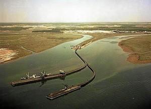 El Muelle de Tharsis con sus dos ramales de embarcadero hacia finales de la década de los sesenta del siglo pasado. FOAT. Fotografía Aérea y Terrestre.