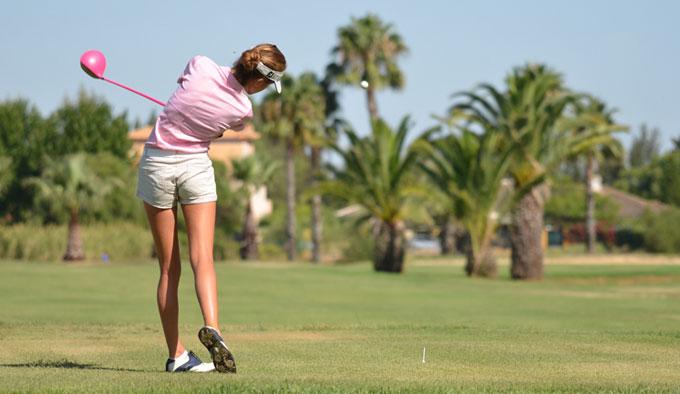 Inés Alarcón ganó en la Primera Categoría en el Trofeo de Golf Isla Canela. / Foto:; J. L. Rúa.