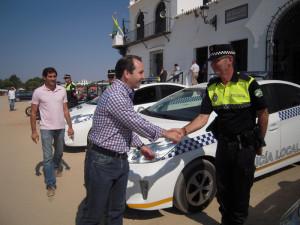 El alcalde almonteño, José Antonio Domínguez Iglesias, saludando a uno de los agentes.