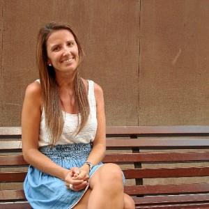 Ana quiere implantar la cultura del uso del tocado y el sombrero en Huelva.