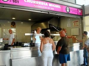 Charo y María José atienden a los clientes.