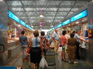 Tomarse unos churros es obligado antes de hacer las compras en el Mercado del Carmen.